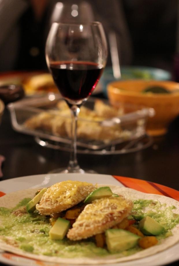 Des fajitas vegan et un bon vin rouge, avec une amie très précieuse... (et des filets Soy Protex panés et gratinés avec le fromage Violife de Boutique Vegan !)